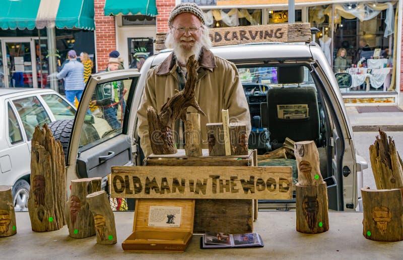 Uomo anziano nel legno fotografie stock