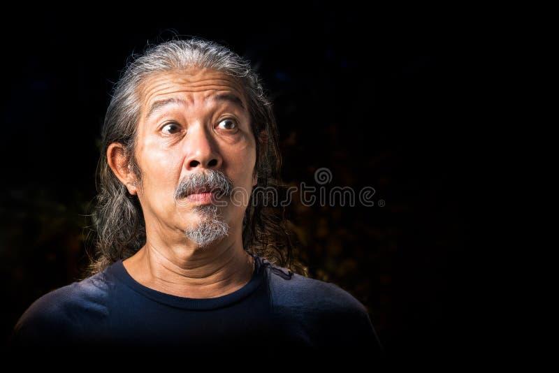 Uomo anziano nell'azione di scossa fotografie stock