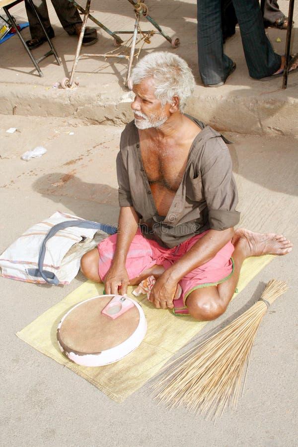 Uomo anziano povero in India immagine stock