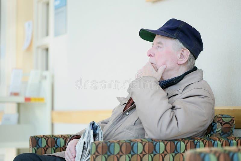 Uomo anziano in profondità nel pensiero fotografia stock