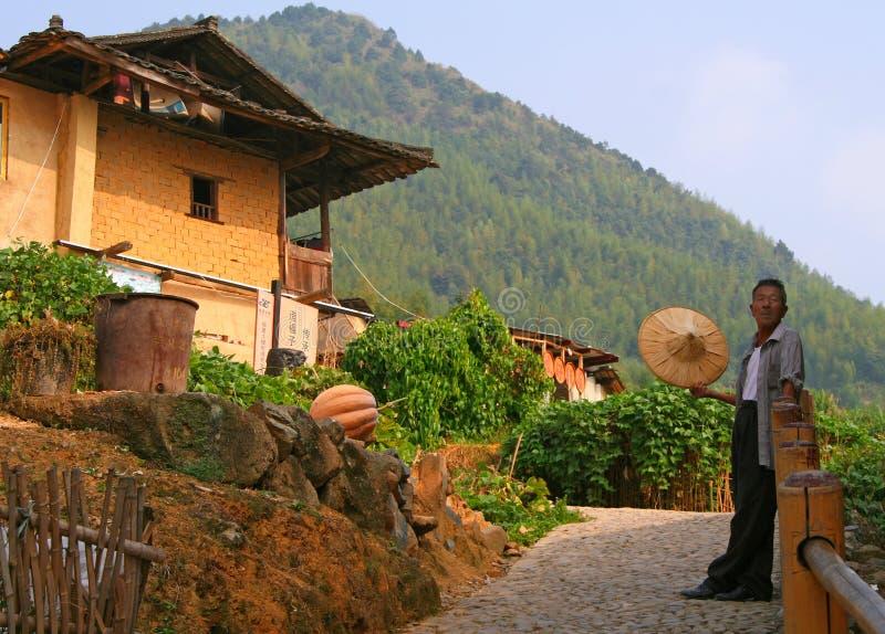 Uomo anziano, rappresentante tipico della hakka etnica, vicino alla sua casa immagine stock