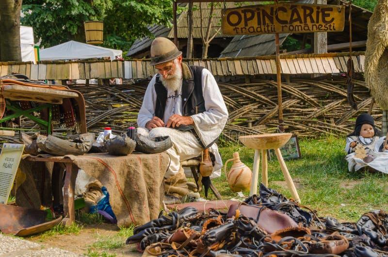 Uomo anziano rumeno che dura in costume tradizionale immagini stock libere da diritti