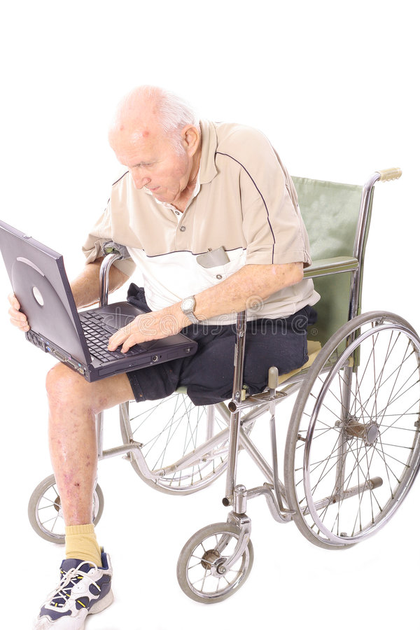 Uomo anziano in sedia a rotelle sul verticale del computer portatile fotografia stock libera da diritti