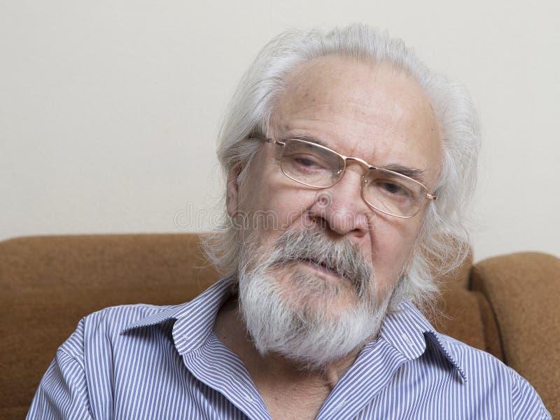 Uomo anziano solo con gli occhi irritati fotografie stock libere da diritti