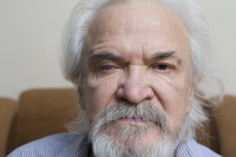Uomo anziano solo con gli occhi irritati fotografia stock libera da diritti