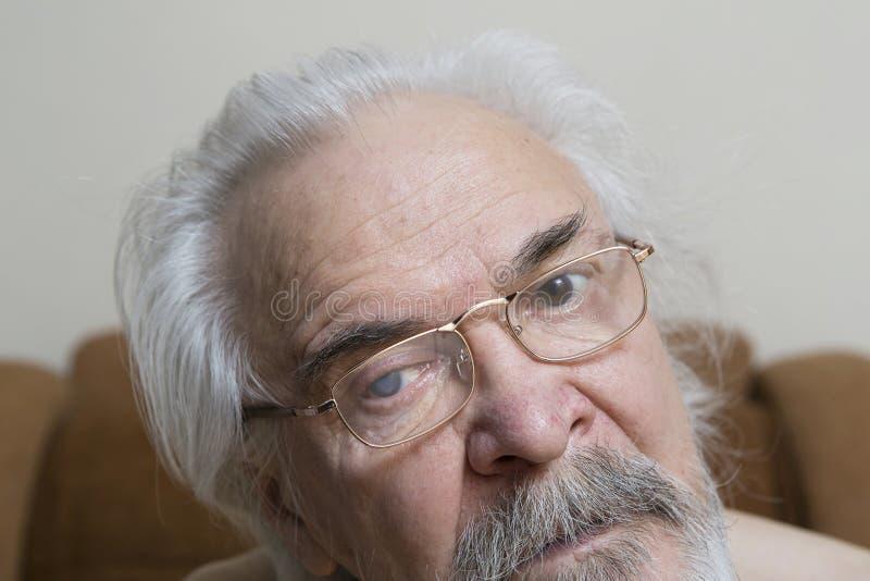 Uomo anziano solo con gli occhi irritati immagini stock libere da diritti