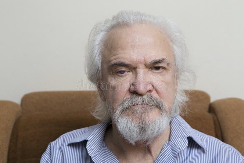 Uomo anziano solo con gli occhi irritati immagine stock libera da diritti