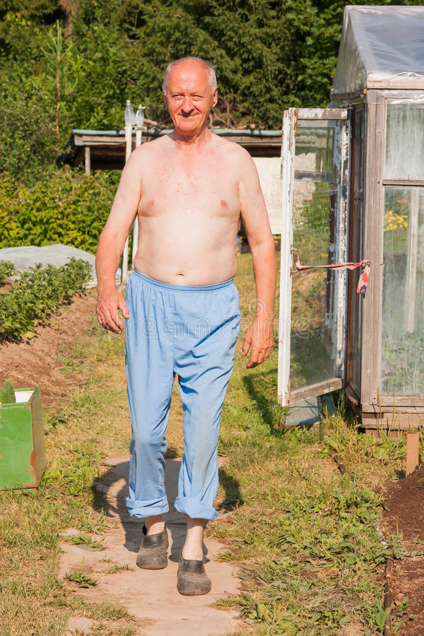 Uomo anziano su un suburbano immagini stock libere da diritti