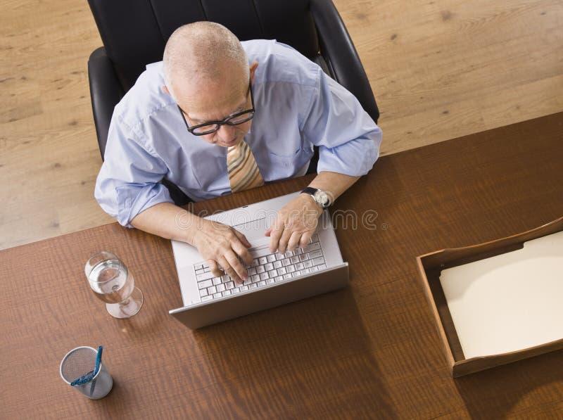 Uomo anziano sul computer portatile fotografie stock libere da diritti