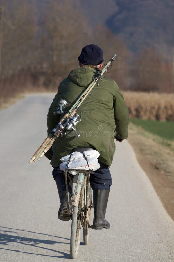 Uomo anziano sulla bici immagini stock