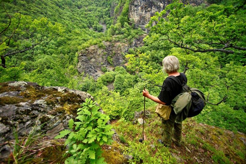 Uomo anziano sulla montagna immagini stock