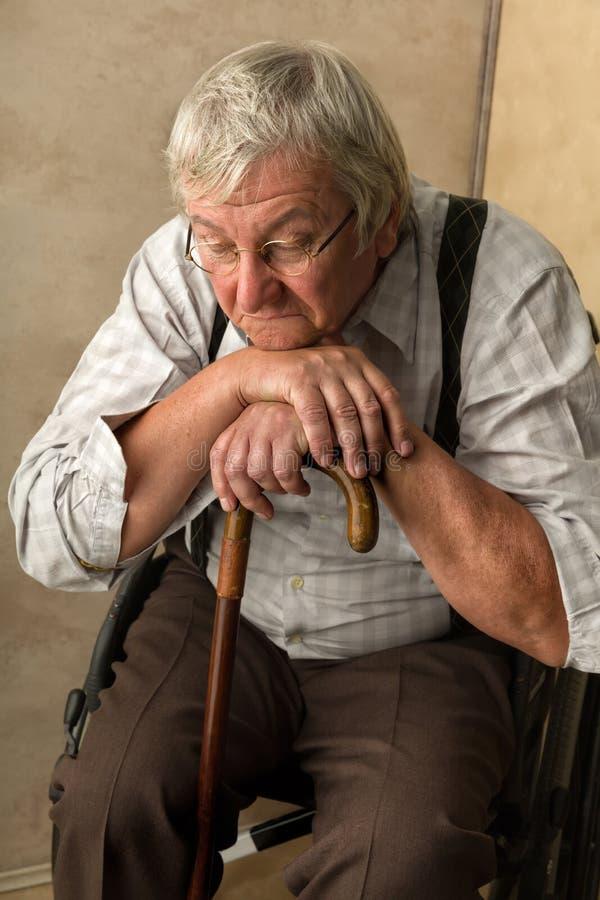 Uomo anziano triste fotografie stock libere da diritti