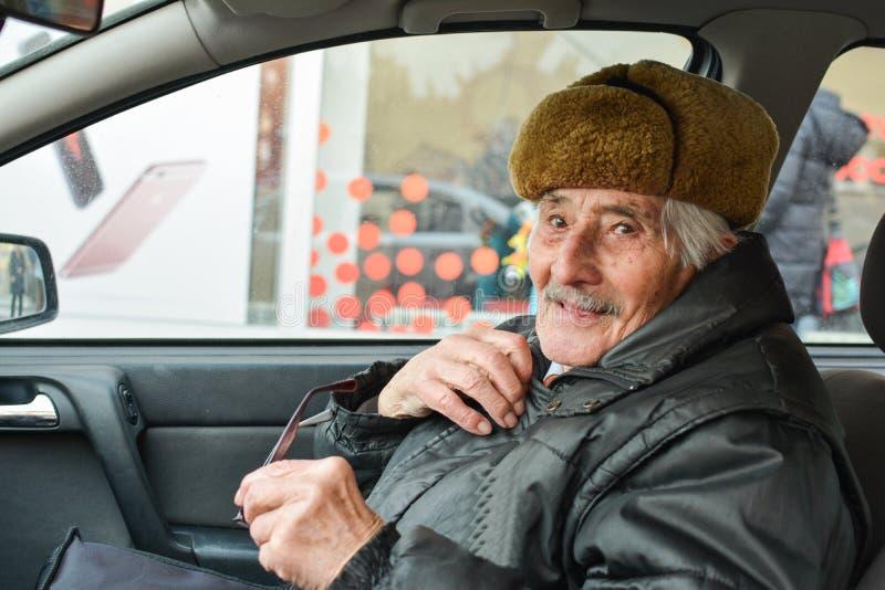 Uomo anziano vitale in un'automobile immagini stock