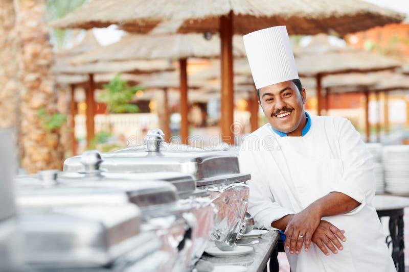Cuoco unico arabo con alimento all'hotel del ristorante immagine stock
