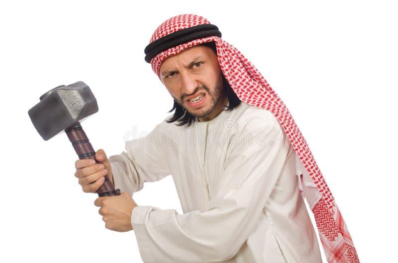 Uomo arabo arrabbiato con il martello isolato su bianco fotografia stock libera da diritti