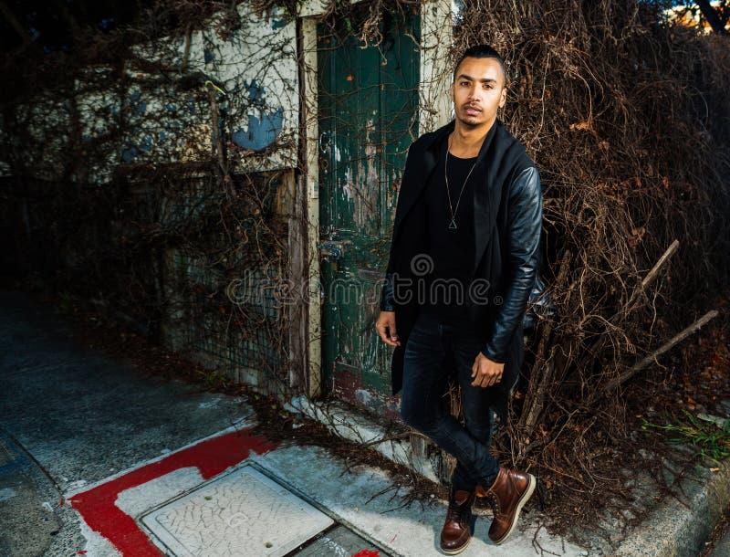 Uomo arabo bello che sta ad un angolo di strada immagine stock
