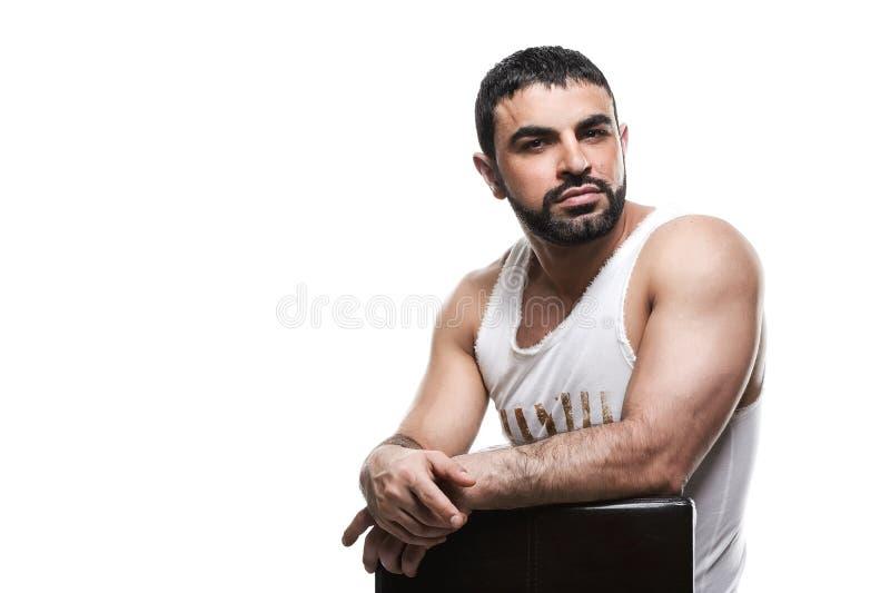 Uomo arabo brutale su un fondo bianco fotografie stock