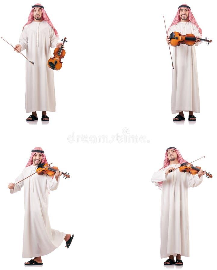Uomo arabo che gioca violino isolato su bianco immagini stock libere da diritti