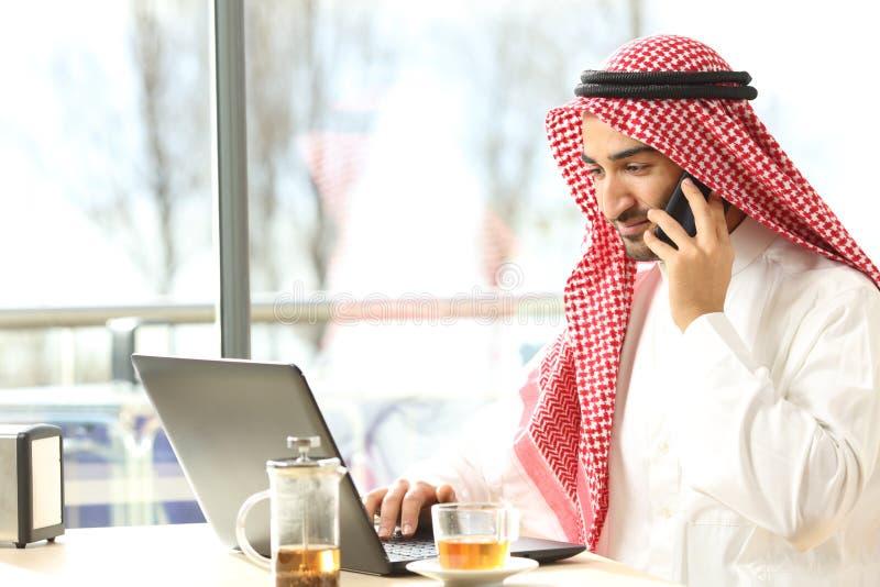 Uomo arabo che lavora in una caffetteria fotografie stock libere da diritti