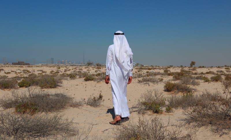 Uomo arabo in deserto immagine stock libera da diritti