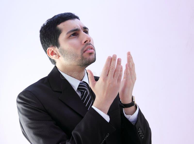 Uomo arabo di affari che prega per l'aiuto immagini stock