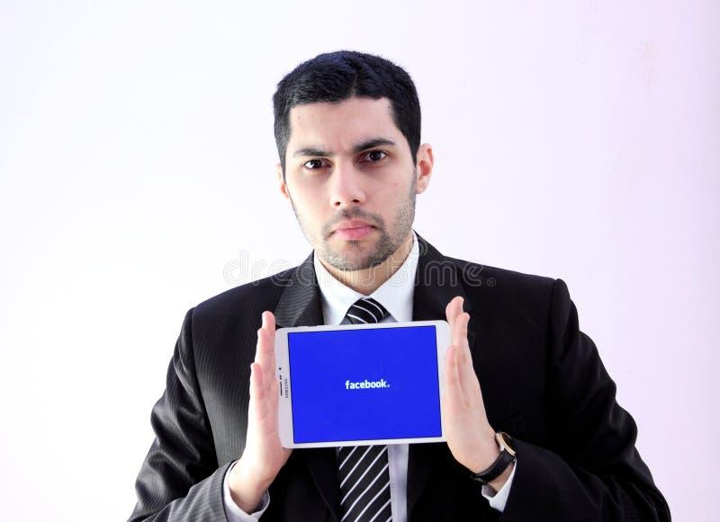 Uomo arabo di affari con facebook fotografia stock