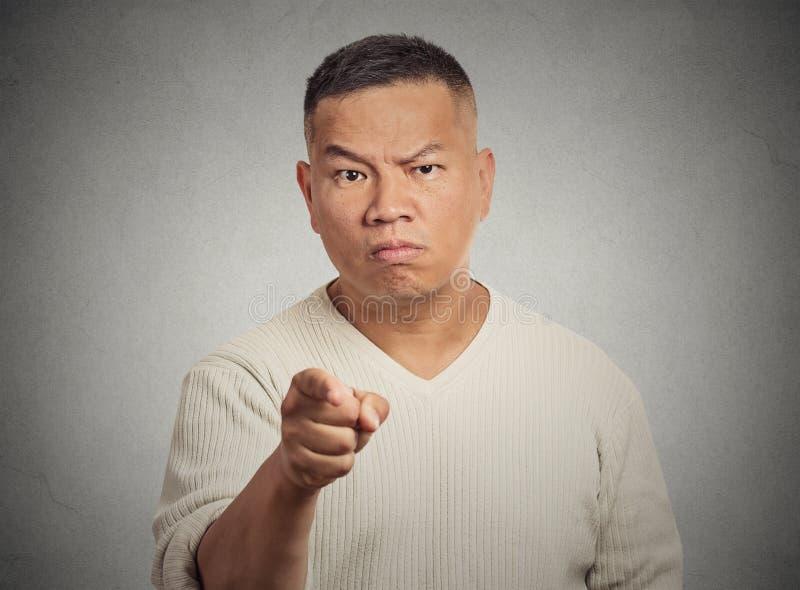 Uomo arrabbiato che indica il suo dito a qualcuno fotografia stock