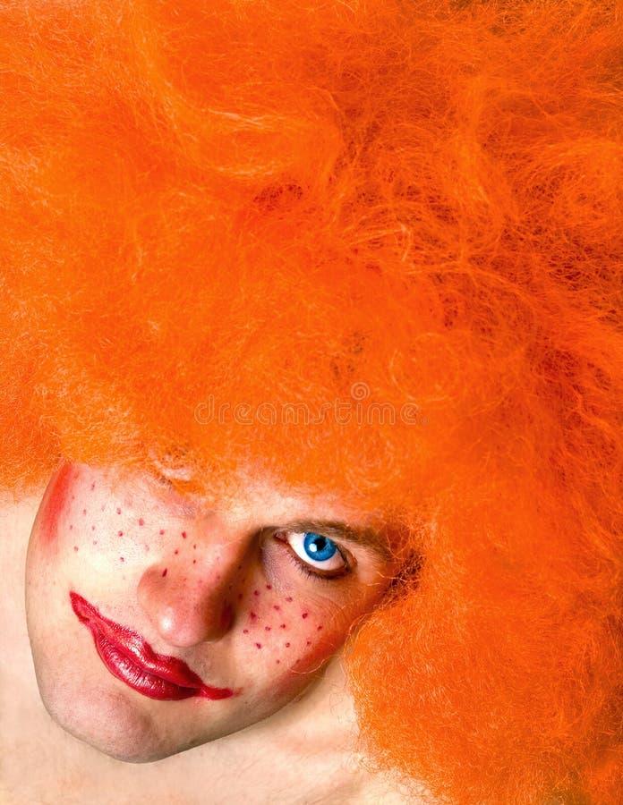 Uomo arrabbiato dai capelli rosso con un trucco del pagliaccio fotografie stock
