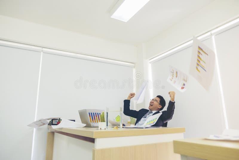 Uomo arrabbiato di affari che getta via i lotti di lavoro di ufficio, emozioni e fotografia stock