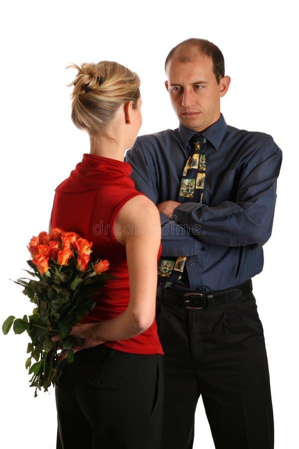 Uomo arrabbiato, donna con i fiori fotografie stock libere da diritti