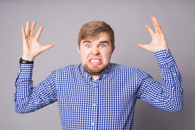 Uomo arrabbiato furioso con collera e la frustrazione fotografia stock