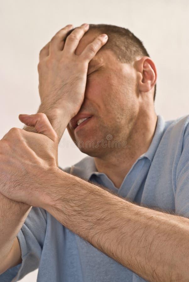 Uomo arrabbiato in una camicia blu immagine stock
