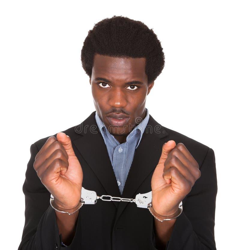 Uomo arrestato con le mani ammanettate fotografia stock libera da diritti