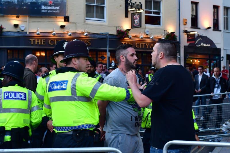 Uomo arrestato dalla polizia durante il finale della lega dei campioni fotografia stock