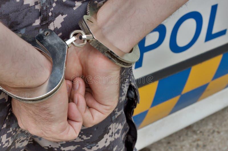 Uomo arrestato e ammanettato fotografie stock libere da diritti