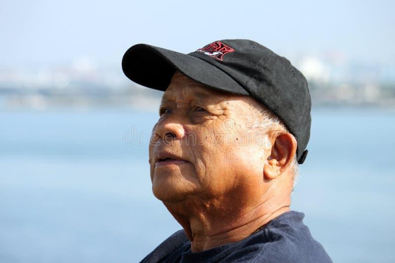 Uomo asiatico anziano che osserva in su sopra fotografie stock
