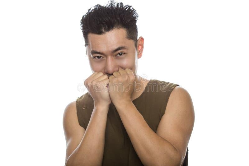 Uomo asiatico atletico che sembra timido e felice fotografia stock