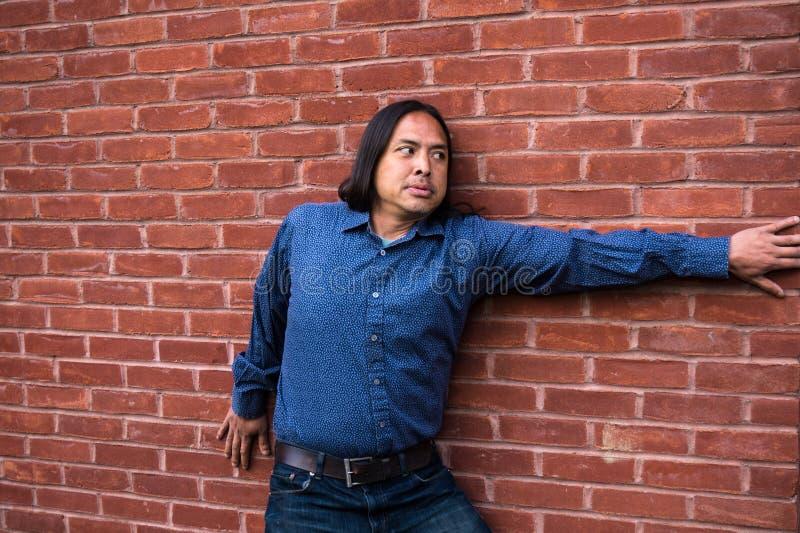 Uomo asiatico che sembra spaventato fotografia stock