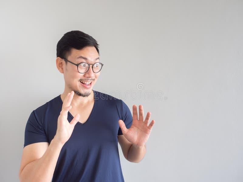 Uomo asiatico colpito e sorpreso con gli occhiali che esaminano vuoti fotografia stock libera da diritti