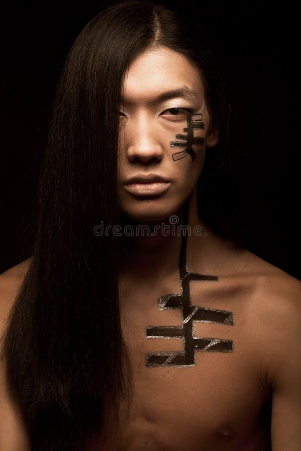 Uomo asiatico con capelli lunghi fotografia stock libera da diritti