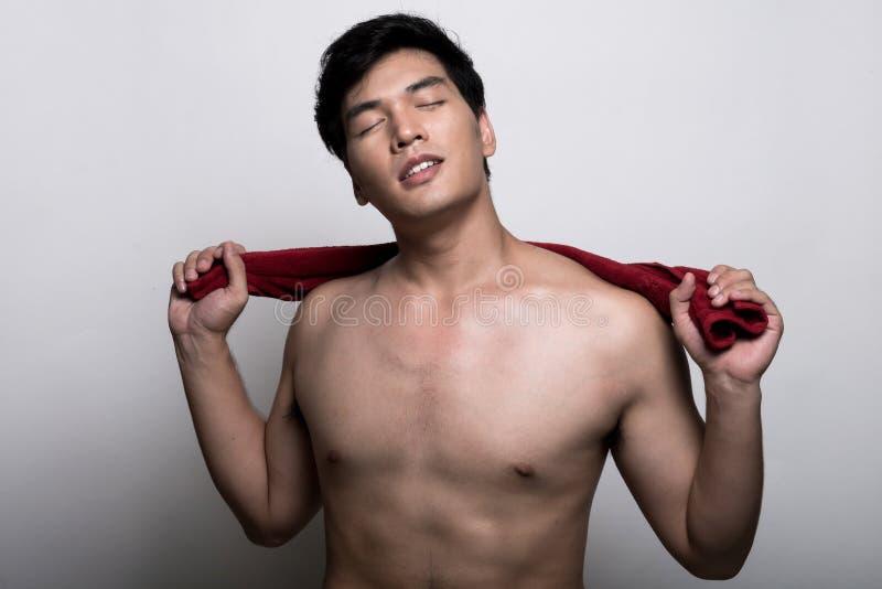 Uomo asiatico con l'asciugamano nella mano fotografia stock libera da diritti