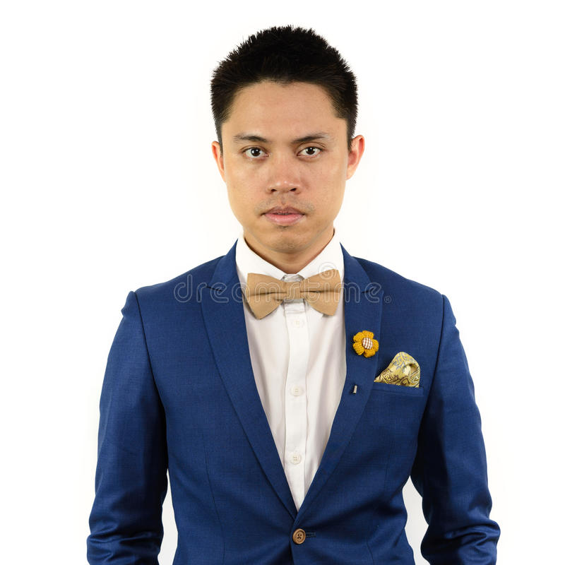 Uomo asiatico in cravatta a farfalla blu del vestito, fibula fotografia stock