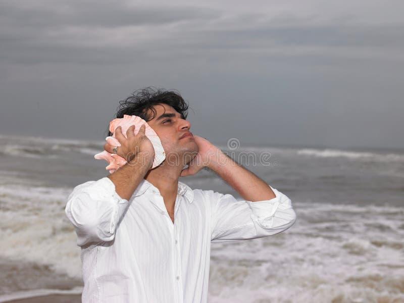 Uomo asiatico dal lato del mare fotografie stock libere da diritti
