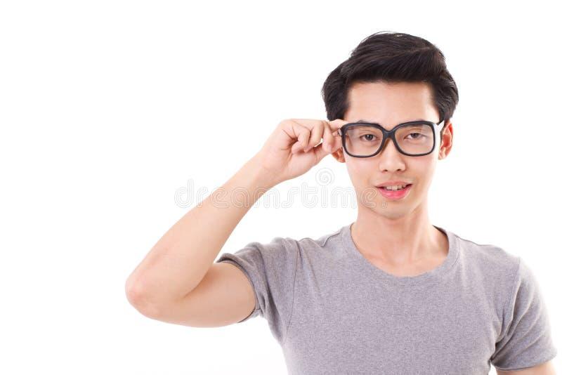 Uomo asiatico del nerd che vi esamina fotografia stock libera da diritti