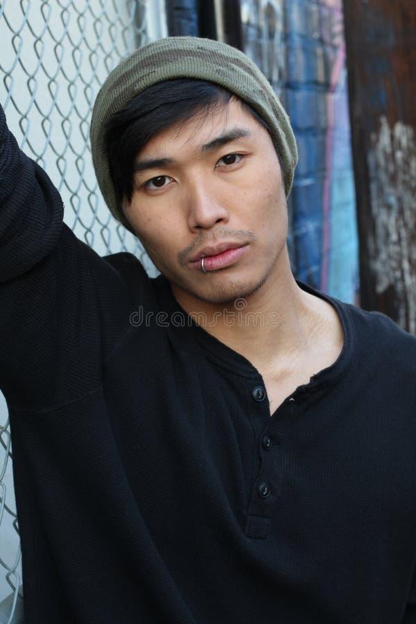 Uomo asiatico dell'anca che porta un beanie immagini stock libere da diritti