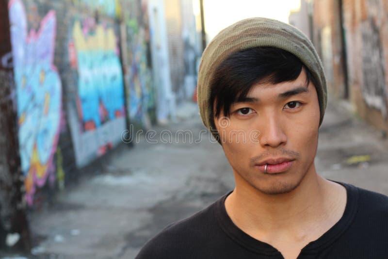 Uomo asiatico dell'anca che porta un beanie fotografie stock