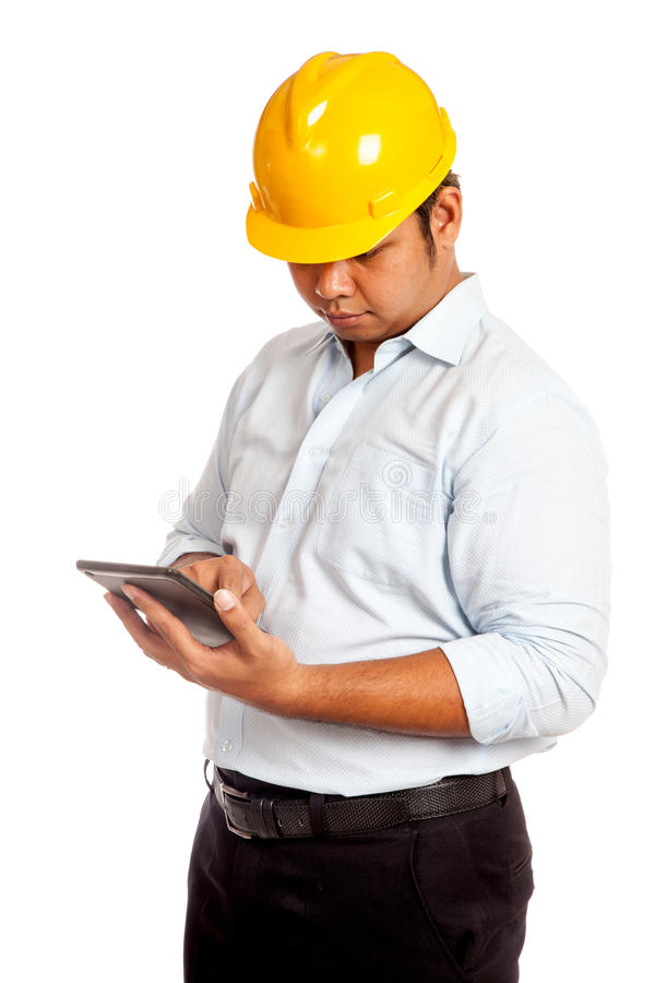Uomo asiatico dell'ingegnere con lo sguardo giallo dell'elmetto protettivo a ciao fotografia stock