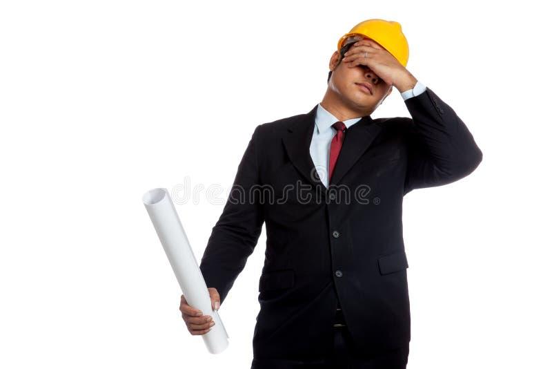 Uomo asiatico dell'ingegnere nel cattivi umore e facepalm immagini stock
