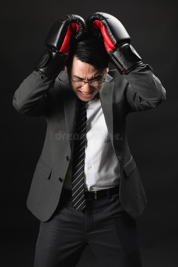 Uomo asiatico di affari nell'agire serio del vestito fotografia stock