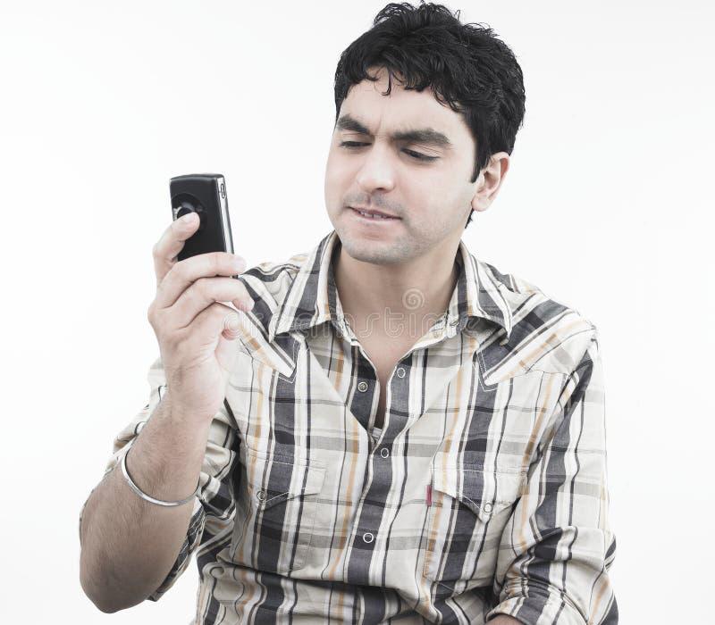 Download Uomo Asiatico Lo0oking Alla Sua Cella Immagine Stock - Immagine di atteggiamento, full: 7320965